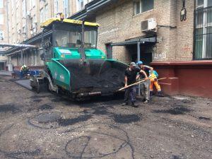 Asfaltirovka-ploshhadki-dvora-asfaltoukladchikom-2